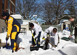US_Navy_100211-N-3879H-006_U.S._Naval_Academy_midshipmen_lend_a_hand_by_shoveling_sidewalks_and_helping_stranded_motorists_in_the_streets