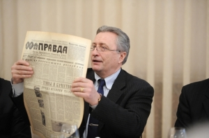 Alexander_Yakushev,_February_2012_reading_Pravda