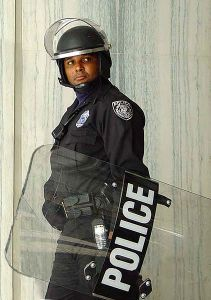 Police_officer_in_riot_gear
