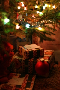 christmas-tree-presents-1171095-1280x1920
